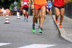 Τα άτομα τρέχουν το μαραθώνιο στο δρόμο χωρίς τα λογότυπα και εμπορικό σήμα Στοκ Εικόνες