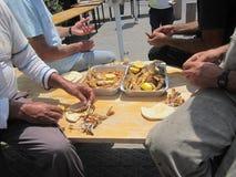 Τα άτομα τρώνε τα ψάρια στοκ φωτογραφία