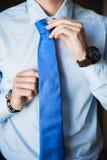 Τα άτομα φορούν έναν δεσμό Στοκ εικόνες με δικαίωμα ελεύθερης χρήσης