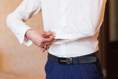 Τα άτομα φορούν ένα πουκάμισο και μια κινηματογράφηση σε πρώτο πλάνο μανικετοκούμπων Στοκ φωτογραφία με δικαίωμα ελεύθερης χρήσης