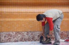 Τα άτομα φορούν τα παπούτσια Στοκ εικόνα με δικαίωμα ελεύθερης χρήσης