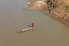 Τα άτομα φορούν το κόκκινο αλιευτικό σκάφος. Στοκ εικόνα με δικαίωμα ελεύθερης χρήσης