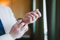 Τα άτομα φορούν το λουρί ρολογιών Στοκ Φωτογραφίες