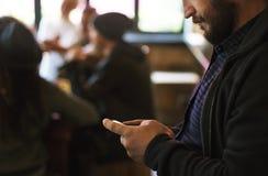 Τα άτομα χρησιμοποιούν την κινητή τηλεφωνική σύνδεση κοινωνικό δίκτυο Στοκ Εικόνες
