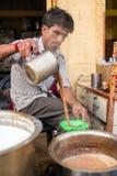 Τα άτομα χύνουν στο καυτό τσάι γάλακτος φλυτζανιών το ινδικό ύφος Στοκ φωτογραφία με δικαίωμα ελεύθερης χρήσης