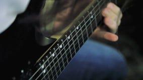 Τα άτομα ` s δίνουν την κιθάρα παιχνιδιού σόλο φιλμ μικρού μήκους