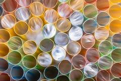 Τα άχυρα κατανάλωσης, άχυρα που απομονώνονται, χρωματίζουν το υπόβαθρο, πλαστικό άχυρο, ποτά, κατανάλωση, υπόβαθρο ουράνιων τόξων Στοκ Φωτογραφίες