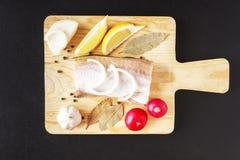 Τα άψητα συστατικά για τα υγιή τρόφιμα από τη θάλασσα αλιεύουν με τα λαχανικά και το καρύκευμα στον ξύλινο πίνακα Τοπ άποψη πέρα  Στοκ Εικόνες
