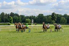 τα άλογα αλόγων λουριών συναγωνίζονται τη στρογγυλοποίηση της στροφής τρία Στοκ φωτογραφίες με δικαίωμα ελεύθερης χρήσης