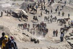 Τα άλογα, οι αναβάτες και ο τουρίστας συλλέγουν στο πόδι του bromo υποστηριγμάτων στοκ φωτογραφίες με δικαίωμα ελεύθερης χρήσης