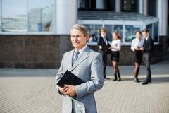 τα έγγραφα επιχειρηματιών απομόνωσαν το λευκό Στοκ Φωτογραφία