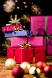 Τα δέματα δώρων συσσώρευσαν επάνω στη μέση των μπιχλιμπιδιών και των αστεριών στοκ εικόνες με δικαίωμα ελεύθερης χρήσης