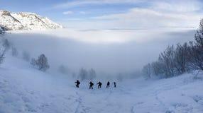 τα έντονα σύννεφα και η ορειβασία υδρονέφωσης αναρριχούνται στη δραστηριότητα στοκ φωτογραφία με δικαίωμα ελεύθερης χρήσης