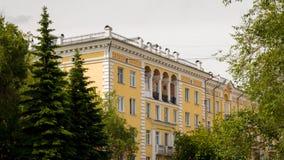 Τα δέντρα κτηρίου και πεύκων στην πόλη Στοκ φωτογραφίες με δικαίωμα ελεύθερης χρήσης