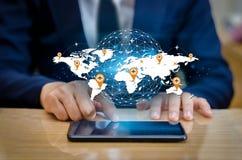Τα έξυπνα τηλέφωνα και οι συνδέσεις σφαιρών ασυνήθιστοι επιχειρηματίες παγκόσμιου Διαδικτύου επικοινωνίας πιέζουν το τηλέφωνο που στοκ εικόνες