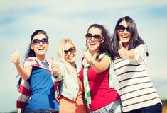 Τα έφηβη ή η νέα παρουσίαση γυναικών φυλλομετρούν επάνω Στοκ φωτογραφίες με δικαίωμα ελεύθερης χρήσης