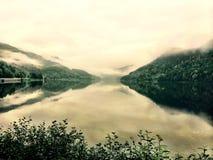 Τα ήρεμα βουνά συναντούν τη λίμνη χαλαρώνουν ακόμα την ηρεμία στοκ εικόνες