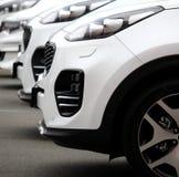 Τα ίδια άσπρα οχήματα που παρατάσσονται στην οδό Στοκ φωτογραφίες με δικαίωμα ελεύθερης χρήσης