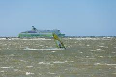 Ταλίν, Εσθονία 10 Ιουλίου: Αέρας που κάνει σερφ στη θάλασσα της Βαλτικής Ταλίν, Στοκ Φωτογραφίες