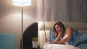 Τα ίχνη γυναικών επάνω τη νύχτα ανοίγουν το λαμπτήρα παίρνουν και ανοίγουν το τηλέφωνο απόθεμα βίντεο