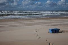 Τα ίχνη και μάλλον τα δοχεία απορριμμάτων στην παραλία στοκ εικόνες