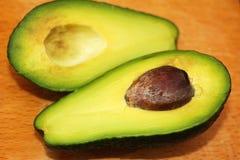 Τα αβοκάντο είναι δύο μισά των φρούτων στοκ φωτογραφία με δικαίωμα ελεύθερης χρήσης