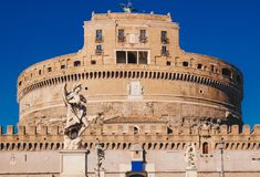 Τα αγάλματα στη γέφυρα Sant ` Angelo μπροστά από Sant ` Angelo στοκ εικόνα με δικαίωμα ελεύθερης χρήσης