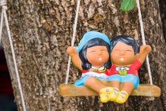 Τα αγάλματα τερακότας συνδέουν τα χαρούμενα παιδιά Στοκ φωτογραφία με δικαίωμα ελεύθερης χρήσης