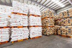Τα αγαθά αποθηκών εμπορευμάτων φορτίου βόρειων σταθμών τρένου Hangzhou συσσώρευσαν επάνω πολλά προϊόντα Polyvinylchlorid, στην Κί Στοκ Εικόνες