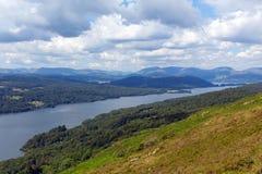 Τα αγγλικά βουνά περιοχής λιμνών ανύψωσαν την περιοχή Cumbria Αγγλία UK λιμνών Windermere άποψης το καλοκαίρι Στοκ Εικόνες