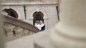 Τα αγκαλιάσματα νεόνυμφων και φιλούν τη νύφη του φιλμ μικρού μήκους