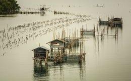 Τα αγροκτήματα ψαριών, κλουβιά ψαριών στην εκβολή Laem τραγουδούν Στοκ Εικόνες