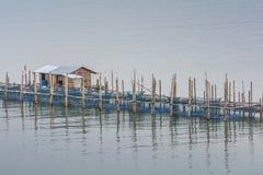 Τα αγροκτήματα ψαριών, κλουβιά ψαριών στην εκβολή Laem τραγουδούν Στοκ φωτογραφία με δικαίωμα ελεύθερης χρήσης
