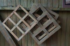 Τα αγροτικά ξύλινα πλαίσια που χρησιμοποιούνται για να φορμαρίσουν τη χειροποίητη σοκολάτα εμποδίζουν την ένωση στον τοίχο Στοκ Φωτογραφίες