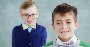 Τα αγόρια έντυσαν ως ανώτατα στελέχη επιχείρησης 4K 4k απόθεμα βίντεο