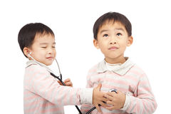τα αγόρια ελέγχουν τη χρησιμοποίηση ttwo στηθοσκοπίων στοκ φωτογραφία με δικαίωμα ελεύθερης χρήσης