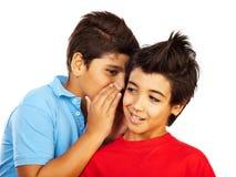 Τα αγόρια εφήβων κουτσομπολεύουν Στοκ Εικόνες