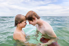 τα αγόρια καθαρίζουν τη δ&i Στοκ φωτογραφία με δικαίωμα ελεύθερης χρήσης