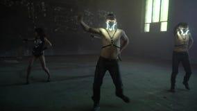 Τα αγόρια και τα κορίτσια χορεύουν σε ένα εγκαταλειμμένο κτήριο απόθεμα βίντεο