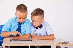 Τα αγόρια μαθαίνουν την ταμπλέτα Διαδικτύου μαθημάτων στοκ φωτογραφία με δικαίωμα ελεύθερης χρήσης