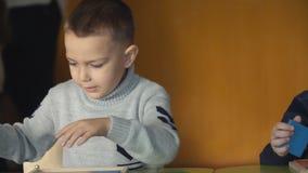 Τα αγόρια παίζουν με τις γεωμετρικές μορφές φιλμ μικρού μήκους