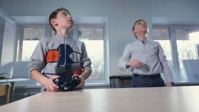 Τα αγόρια προωθούν και ενεργοποιούν τα αεροσκάφη κηφήνων 4K απόθεμα βίντεο