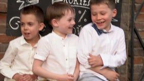 Τα αγόρια σε έναν αναδρομικό στα ενδύματα κοιτάζουν στη κάμερα Τα παιδιά ανακατώνουν τα πόδια Τα πόδια των αγοριών κλείνουν επάνω απόθεμα βίντεο