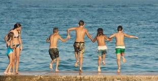 τα αγόρια τέχνης ψαλιδίζουν τα κορίτσια Στοκ φωτογραφία με δικαίωμα ελεύθερης χρήσης