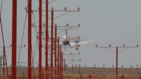 Τα αεροπλάνα αερογραμμών που προσγειώνονται τα αεροσκάφη πλησιάζουν στο σε αργή κίνηση μακρύ φακό Boeing 737 αερολιμένων σαφής ημ απόθεμα βίντεο