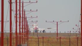 Τα αεροπλάνα αερογραμμών που προσγειώνονται τα αεροσκάφη πλησιάζουν στο σε αργή κίνηση μακρύ φακό Boeing 737 αερολιμένων σαφής ημ φιλμ μικρού μήκους