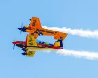 Τα αεροπλάνα ακροβατικής επίδειξης αποδίδουν σε Quonset Airshow στοκ εικόνα