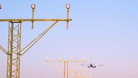 Τα αεροπλάνα που προσγειώνονται και απογειώνονται στον αερολιμένα απόθεμα βίντεο