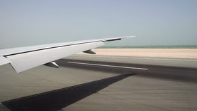 Τα αεροσκάφη που προσγειώνονται στο διάδρομο Άποψη από το παράθυρο στο μεγάλο φτερό αεροπλάνων και τον ωκεανό στον ορίζοντα απόθεμα βίντεο