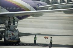 Τα αεροσκάφη προετοιμάζονται να βγάλουν και να λάβουν τους επιβάτες και τους ταξιδιώτες στο διεθνή αερολιμένα Suvarnabhumi Στοκ Φωτογραφία